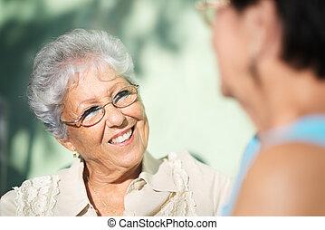 vieux, parc, deux, conversation, amis, femmes aînées, heureux