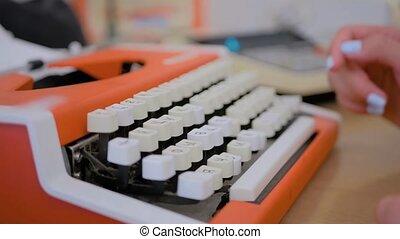 view:, table, femme, vieux, machine écrire, dactylographie, grand plan, orange, vendange