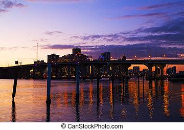 ville, bâtiments, coloré, pont, miami, downtown., horizon, réflexions, sunset.