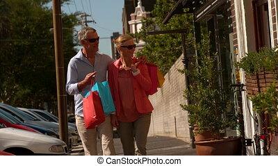 ville, couple, achats, fenêtre