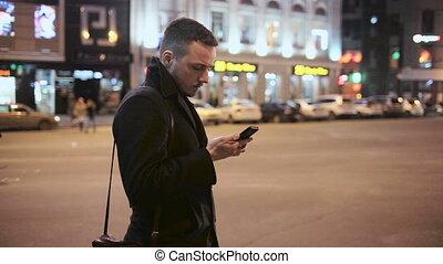 ville, extérieur, conversation, jeune, téléphone, nuit, homme