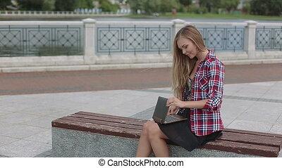 ville, femme, ordinateur portable, travail, parc, moderne, jeune, sourire