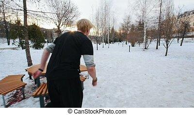 ville, hiver, sauts, chiquenaude, parc, ralenti, traceur, free-runner