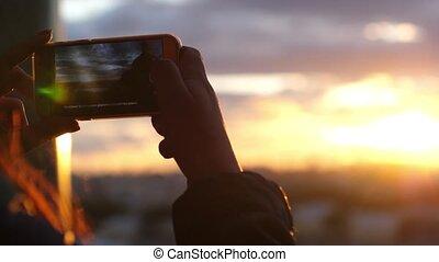 ville, lent, téléphone., elle, mobile, photo, prendre, motion., haut, coucher soleil, femelle transmet, fin, vue