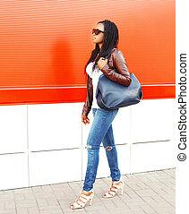 ville, marche, femme, sur, sac, mode, fond, africaine, rouges