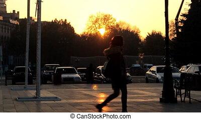 ville, marche, lent, doré, motion., coucher soleil, fond, girl