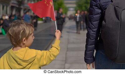 ville, marche, quinmen, chinois, garçon, china's, mall., interdit, capital, peu, promenade, drapeau, rue, beijing., tenue, slowmotion, petit, principal, centre