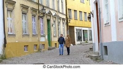 ville, marche, vieux, couple, jeune, date