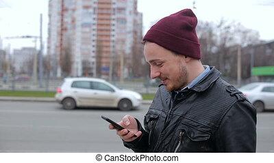 ville, mobile, arrêt autobus, quoique, regarder, téléphone, attente, séduisant, homme