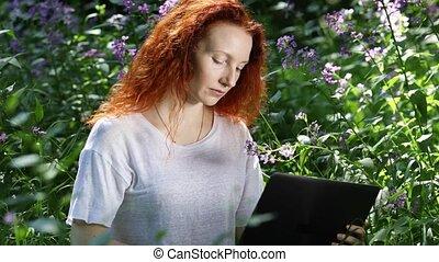 ville parc, fleurs, ordinateur portable, jeune, informatique, roux, travail, femme