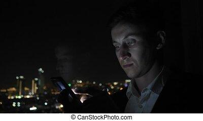 ville, smartphone, bureau, brouter, jeune, fenêtre, complet, homme affaires, vue.