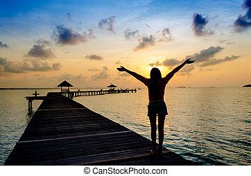 vivant, femme, sain, pier., insouciant, vitalité, vacances, concept, coucher soleil