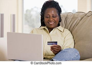 vivant, femme, salle, ordinateur portable, crédit, tenue, smilin, utilisation, carte