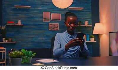 vivant, smartphone, salle, utilisation, noir, femme affaires, brouter, séance