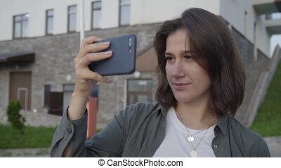 vivant, vlog, smartphone, touriste, jeune fille, filmer, personnel, utilisation, enregistrement, intelligent, nouveau, vlog., femme, vidéo, voyage, téléphone., elle, episode, outdoor., blogger