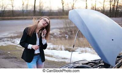 voiture, cassé, femme, aide, appeler