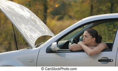 voiture, cassé, femme, jeune, triste