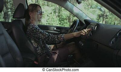 voiture, chauffeur, femme, navigstor, utilisation, agréable, gps