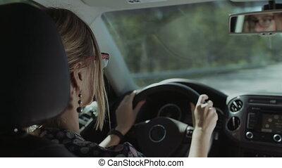 voiture, chauffeur, reflété, femme, miroir, vue postérieure
