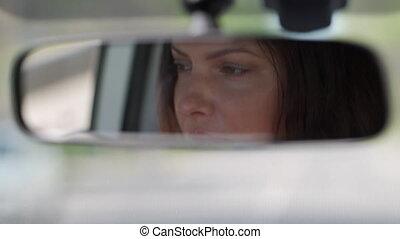 voiture, conduite, reflété, femme, miroir, vue arrière, beau, brunette, closeup