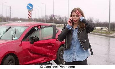 voiture, effrayé, elle, girl, téléphone., portrait, conversation, cassé