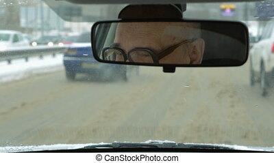 voiture, hiver, personne âgée homme, conduite