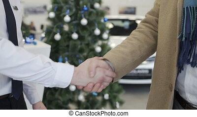 voiture, hommes, arbre, concession, fond, mains secouer, noël