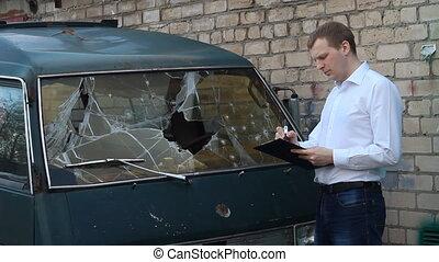 voiture, minibus, cassé, homme, assurance, inspecte