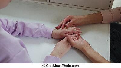 vue, affectueux, adolescent, fin, mère, haut, caresser, mains, daughter.