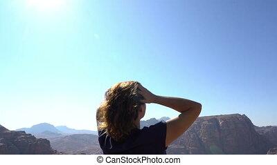 vue, bord, jouir de, merveilleux, indépendant, vent, debout, cheveux, liberté, montagnes rouges, souffler, admirer, femme, concept