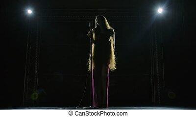 vue, lent, vide, soliste, retro, fond, donne, dark., robe, cheveux, concert, microphone., femme, artisca, chic, long, chant, festival, étape, motion., musique, rouges