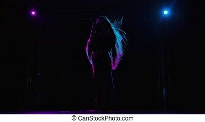 vue, silhouette, lent, écoulement, violet, fond, femme, pop, vendange, cheveux, exécuter, éclairé, chanteur, concert, microphone., light., bleu, vivant, long, sombre, chant, étape, motion.
