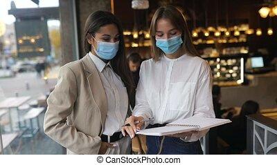 vues, masques, figure, travail, leur, discutant, deux, différent, femmes affaires