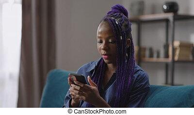 week-end, jeune, séance, maison, smartphone, femme, noir, utilisation, filets, social, bavarder, messager, seul