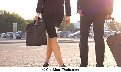 wheels., mouvement, femme, bagage, marche, rue., aéroport, talons, terminal, unrecognizable, congé, valise, homme, lent, marcher, concept, rouleau, affaires gens, travail, ville, leur, trip.