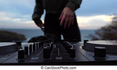 woman., professionnel féminin, gros plan, dj, jeune, musique, equipment., jeux, outdor, mélange, partie., foyer, contrôlé, soir, grattement, mains, sélectif, console, sexy