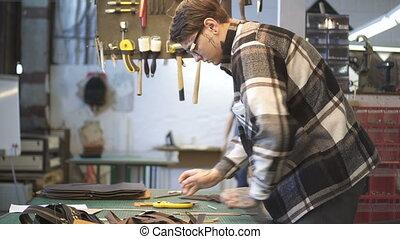 workshop., travail, homme, vrai, cuir, éclairage, bureau, femme, américain