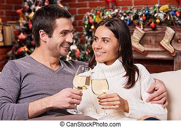 year!, tenir verres, couple, arbre, heureux, vin, jeune, liaison, fond, autre, noël, aimer, nouveau, beau, chaque